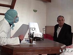Glacial vieille mariee se fait defoncee le cul chez le gyneco en trio avec le mari